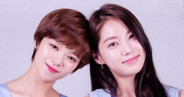 Jeongyeon and her sister Gong Seung Yeon poses for the camera for the 'Inkigayo' introductory part.