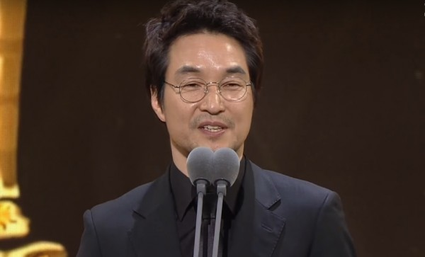 Veteran actor Han Suk Kyu wins Grand Prize at the 2016 SBS Drama Awards for role in 'Romantic Doctor, Teacher Kim.'